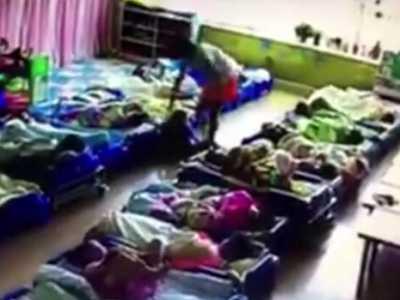 幼儿园老师摔孩子 青岛一幼教摔打孩子被停职