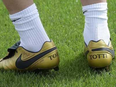 托蒂球鞋 狼王托蒂训练中上脚全新专属传奇足球鞋